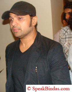 Himesh Reshmiya going for dinner at last after 01:00 AM