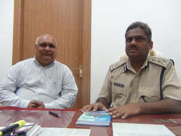 Atulkumar Sanghvi (Trustee of Bolbala Traffic Education Trust) with Dr K L N Rao